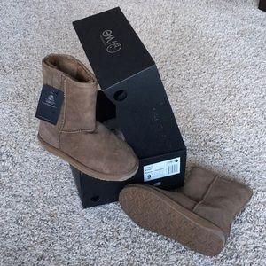 Brand new, never worn Size 9 Emu Stinger Lo
